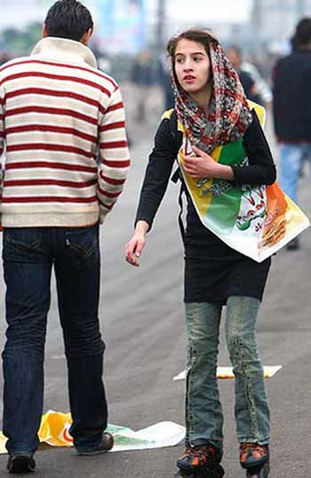 فرتور دختر نوجوانی را بدون حجاب ۱۰۰٪ اسلامی و در تظاهرات ۲۲ بهمن سال گذشته و در حال حمایت از رژیم نشان می دهد. به راستی آیا درد واقعی ما وجود چنین ایرانیان خود فروخته ای نیست؟ آیا با و یا بدون وجود این نظام ننگین، چنین ایرانیانی که بنده زر و پول و مقامند، ایران و ایرانی را به متاعی ناچیز دنیویی نخواهند فروخت؟ آیا این درد ریشه در فرهنگ ما ندارد؟