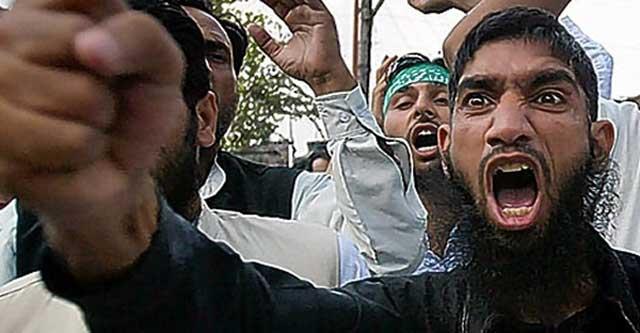 فرتور چماق داران و لات های طرفدار اخوان مسلمین را نشان می دهد که قیافه های نحس شان وحشت و ترس بر دل و جان هر انسانی می اندازد. حزب اللهی ها و بسیجیان خود فروخته ایران هم عربده کشان اخوان مسلمین را الگوی خویش قرار داده اند.