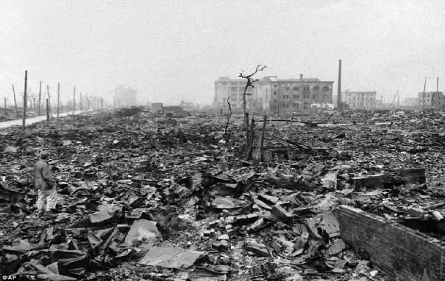 این بازمانده ویرانه های شهر هیروشیما است که آمریکا نخستین بمب خود را در تاریخ ۶  اوت ۱۹۴۵در آنجا رها کرد. شمار کشتار مردم نزدیک به ۱۱۵،۰۰۰ نفر، و صدمات و آثار شیمیائئ آن هنوز هم بر روی نوزادان و نسل های پس از آن واقعه شوم مشاهده می شود. این اشتباه بزرگ آمریکا بود که هرگز قابل بخشش نیست. حال، رژیم جهنمی ولایت وقیح می خواهد بمبی به مراتب قوی تر از آن ساخته، بر روی اسرائیل، یا عربستان، و یا کشورهای مخالف خود پرت کند.