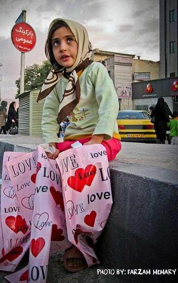 فرتور یکی از میلیون ها کودک بی دفاع و بی پناه و دردمند کار را که در هر کوچه و خیابانی به چشم می خورند، نشان می دهد. دخترک بینوا در شهر انسان های بی تفاوت عشق می فروشد، اما خریداری نیست! حال وظیفه ایرانیان خارج از کشور این است که اگر کمترین علاقه و دلبستگی به ایران و آزادی مردمانش و به آسایش رسیدن کودکان کار و بینوایی همچون دخترک در فرتور دارند؛ بایستی ابتدا یک اتحاد ملی در خارج از کشور به وجود آورده و از هم فراری نباشند.