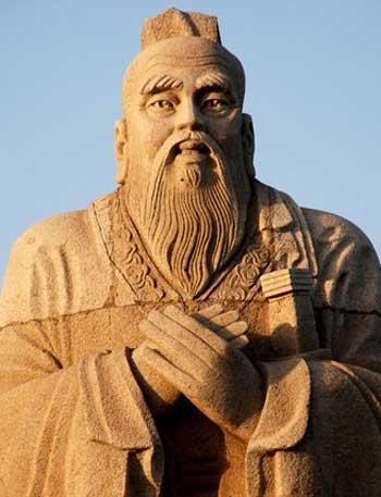 کُنفُسیوس در ۵۵۱ پیش از میلاد در ایالت کوچک لو که امروزه بخشی از شهرستان جدید شاندونگ است متولد شد و در ۴۷۹ پیش از میلاد در گذشت. او یکی از بزرگترین نظریه پردازان و فیلسوف جهانی است که در رشد اجتماعی و اخلاقی مردم چین  اثر و نفوذ زیاد داشته است.