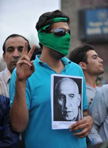 شاهزاده بداند ؛ ما با بررسی های خود بر این باوریم  که هنوز هم بیشتر مردم ایران، مصدق را فردی آزادیخواه، میهن دوست، و قهرمان ملی خود به شمار می آورند. فرار از این حقیقت تاریخی، فرار و دورشدن از ملت ایران است.