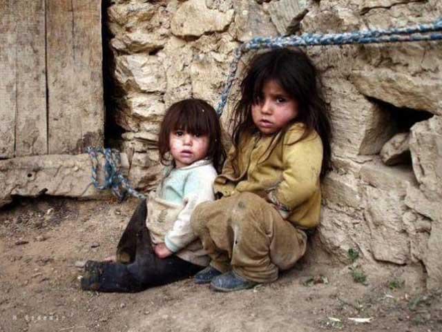 کودکان درمانده و بی چیز در خانواده های تهیدست تنها چیزی را که می آموزند پناه بردن به خدای گمنام و موهومی است. آنها هرگز رشد طبیعی نمی کنند، و زندگی سالم و آینده ای درخشان نخواهند داشت.