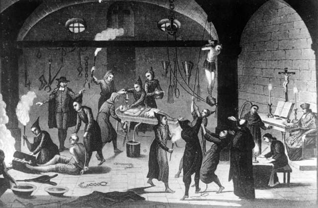 شکنجه، آزار، آتش زدن و سوزاندن برای آنهایی بود که از مسیحیت بیرون رفته، و آن را انکار می کردند. ترس از خشم و جزای دکان داران دین در سرتاسر تاریخ تا دوره رنسانس در بیشتر کشورهای اروپایی موجب گردیده بود که مردم به ناچار تسلیم دین و خرافات آن شوند. صحنه شکنجه در این فرتور در در سال های حدود ۱۴۸۰ میلادی در سرتاسر اسپانیا رواج داشت.