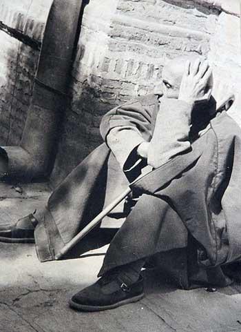 فرتور دکتر محمد مصدق را در تبعید نشان می دهد، به راستی که این فرتور دل هر انسانی را به درد آورده و هر انسان منصفی می داند که آنچه بر مصدق آمد و دادگاهی که برایش برپا کرده و وی را آنچنان محاکمه نمودند. سزاوار تلاش شبانه روزی آن مرد برای پیشرفت ایران و ایرانی نبود و نیست. اما آیا کنون که ضحاک زمان در حال مکیدن خون جوانان ایران زمین است، زمان مناسبی است برای به بحث کشیدن کینه ها و دشمنی های دیرین؟ و یا زمان اتحاد است؟