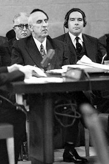 در این فرتور، دکتر حسین فاطمی، به همراه دکتر مصدق در سازمان ملل سخنرانی یکی از اعضاء را می شنوند. حسین فاطمی چهره تابناک میهن پرستی و انسان دوستی بود که انگلیسی های غارتگر و دزد را از کشور بیرون راند، آنگاه به دستور انگلیس، شعبان بی مز چاقو کش دربار با کارد چند ضربه به او زد، سپس بدون هیچگونه محکمه در دادگاه علنی با وحشیگری این فرزند پاک  میهن را اعدام کردند.