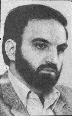این فرتور عبدالکریم حاج دباغ، معروف به سروش، یک دبش دو آتشه مذهبی و فارغ التحصیل مدرسه آخوندی علوی تهران در سال ۱۳۶۳ است. زمانی که با تبر به جان استادان خردمند دانشگاه افتاد و تیشه به ریشه فرهنگ ایران زد.