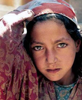فرتور چهره زیبا ولی اندوه بار یک دختر بچه ایرانی را نشان می دهد. وی با به دنیا آمدن در ایران و در یک خانواده فقیر عملن شانس زندگی کردن و لذت بردن از زندگانی را از دست داده است؛ حال حکومت جنایتکار اسلامی نیز با پا فشاری بر روی مسئله ساخت بمب اتمی سبب تحریم های کمر شکن برای مردم ایران گشته و چه کسی می داند؟ شاید این دخترک زیبا امروز از فرط نداری و درماندگی تن فروشی می کند؟