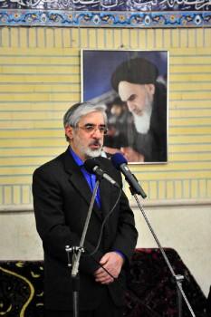 ملاحسین موسوی، عالم بزرگ اسلام، در پناه پیشوای بزرگ خود، خمینی  مردم شکن به تسبیح و سجاده و ذکر کرامات دوران طلایی انقلاب می پردازد.