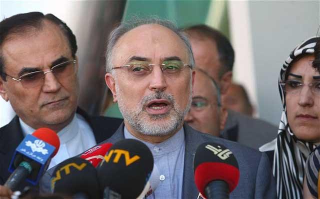 در این فرتور، اکبر صالحی وزیر برون مرزی ایران، با تلاشی بی خردانه می خواهد ۴۸ پاسدار آدم کش را از دست دلاوران جنگنده سوری علیه نظام دیکتاتوری آن کشور را رهایی بخشد.