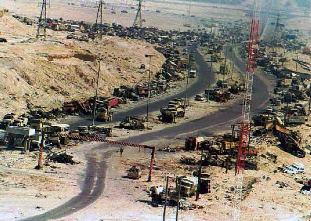 در یک حمله کوتاه کشورهای غرب به کاروان نظامی صدام در راه کویت -ٰعراق، شاهد از بین رفتن تجهیزات نظامی و کشتار بیشمار ارتش عراق هستیم.