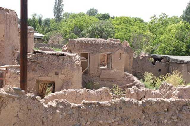 این یکی از ویرانه های زلزله بوئین زهرا در سال ۱۳۴۱ است. مردم مهربان و دلسوز ایران به همراهی و کمک پهلوان غرامرضا تختی، و مأمورین دولت در حد توانانی اشان به یاری بازماندگان شتافتند.