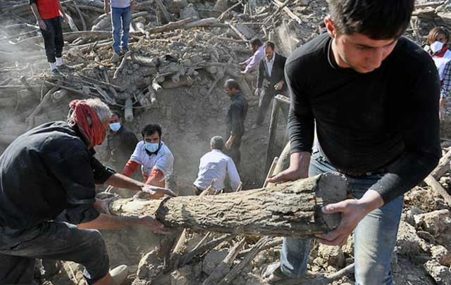 این تصویر یکی از صدها- ویرانی زمین لرزه آذربایجان است. پیش آمدی که تنها با پیشرفت علم و دانش می توان از آن آگاهی داشت و هیچ ارتباطی به خدا و پیامبر و معجزه و دعا ندارد.