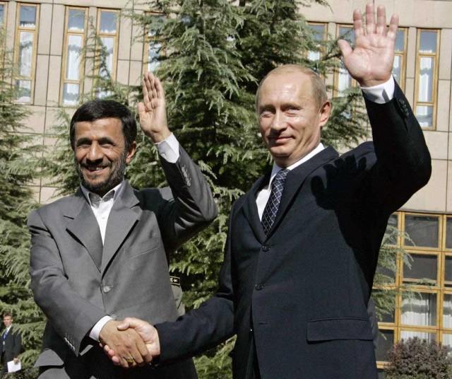 این فرتوری است که رئیس جمهور روسیه تجاوز گر را در کنار احمدی نژاد ( محمد علی شاه)، دست نشانده خود، نشان می دهد.