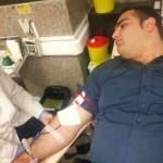 فرتور قوی ترین مردِ جهان، پهلوان بهداد سلیمی را در حال اهدای خون برای زلزله زدگان آذربایجان، نشان می دهد. ما همگی یک ملتیم و هیچگاه در سختی ها و دشواری ها پشت یکدیگر را خالی نمی کنیم.