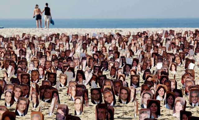 این ها هم میهنان بهایی ما هستند که در  چنگال رژیم ضد بشری اسلامی گرفتارند و یا کشته شدند. در تظاهراتی که در ۲۱ ژوئن ۲۰۱۱  در بندر ریو در برزیل علیه رژیم  اسلامی  برپا گردید، فرتور این قربانیان در معرض دید جهانیان قرار گرفت.