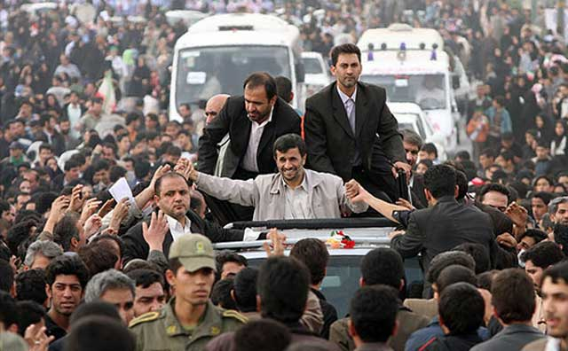 احمدی نژاد هوچی و شارلاتانی که با مزخرف گویی های خود سر ملتی را شیره مالیده و تا کنون بودجه مملکت و بیت المال را برای سفرهای تبلیغاتی به نفع خود و مسافرت و سودجویی بستگانش به کار برده است.