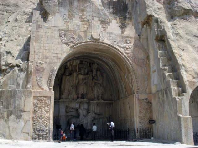 کنده کاری تاق بستان نزدیک کرمانشاهان یادگار اردشیر دوم (۳۷۹-۳۸۳)، و شاهپور سوم (۳۸۳-۳۸۸) از پادشاهان بزرگ ساسانی است. این هنر و عظمت که بیش از ۱۷۰۰ در برابر باد، سرما، و سوانح طبیعی همچنان پایدار مانده است، آیا نشانه هنر و بزرگی و مدنیت والا و برجسته ایران باستان نیست؟.