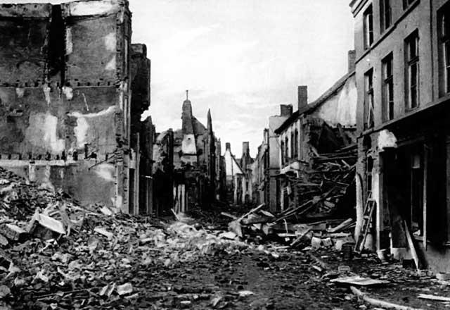 شهر نورنبرگ آلمان پس از جنگ دوم جهانی که به ویرانه تبدیل شده- این ویرانی را اگر ما تجربه کرده بودیم، هرگز شهر دو باره ساخته نمی شد. چنانکه هنوز خرمشهر و بم به حالت اول بر نگشته اند.