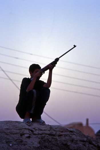 در این فرتور یک جوان ایرانی با تفنگ بادی خود دیده می شود. این کمترین اسلحه ای است که جوانان ایرانی باید برای خود داشته باشند.