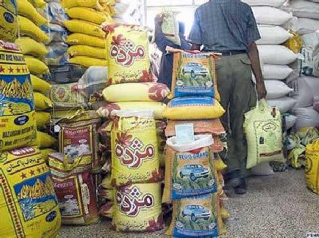 ایرانیان از همین حالا برای خود خوراک و آذوقه انبار می کنند تا از قحطی در روزهای جنگ در امان بمانند. البته آنچه در این فرتور می بینیم از مصرف و نیاز خانگی گذشته و به احتکار خواربار رسیده که خود موجب قحطی و درماندگی ستمدیدگان است.