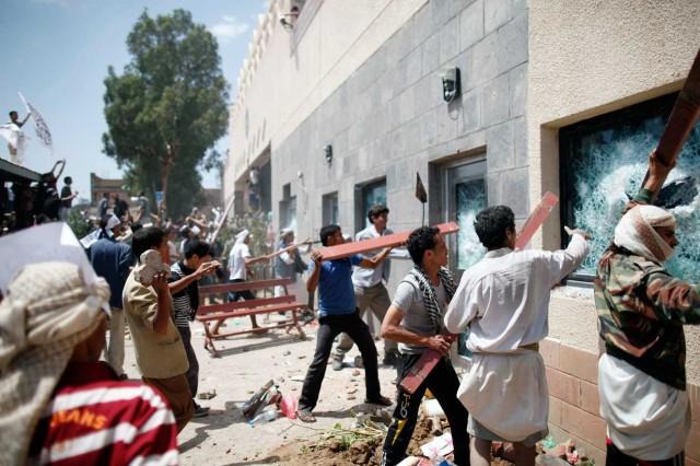 این یورش سربازان اسلام به سفارت آمریکا در یمن است. آیا در هیچ قوم جنگلی چنین روش خصمانه و وحشیانه علیه دیپلمات های یک کشور که در پناه کشور دیگر باید مصون و محفوظ بمانند دیده شده؟.