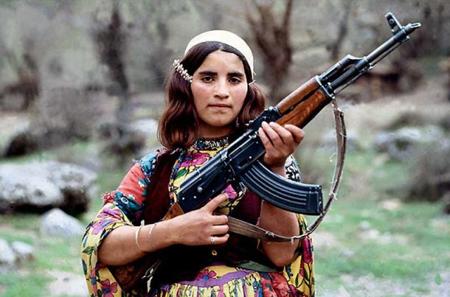 این یک دختر شجاع کرد عراقی است که با دیکتاتوری و برای آرمان های ملی خود می جنگد. فرزندان سرزمین ما نیز باید با دشمن تازی مسلک خون آشام چنین برخوردهای قهرمانانه داشته باشند.