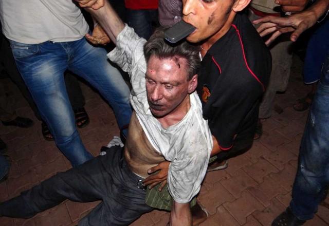 کریستوفر استیونس سفر آمریکا در لیبی که به روش وحشیانه کشته شد و گویا پیش از مرگ به همان روش سرهنگ قذافی به او تجاوز هم شده است.آیا این اسلام است، و یا رفتار جنگلی اسلام گرایان؟. وانگهی یک فیلم آمریکایی چه ارتباطی به عده ای دیپلمات دارد؟. در هرحال، هرگونه خشونت و وحشیگری از هر طرف که باشد، ناپسند، زشت، و محکوم است.