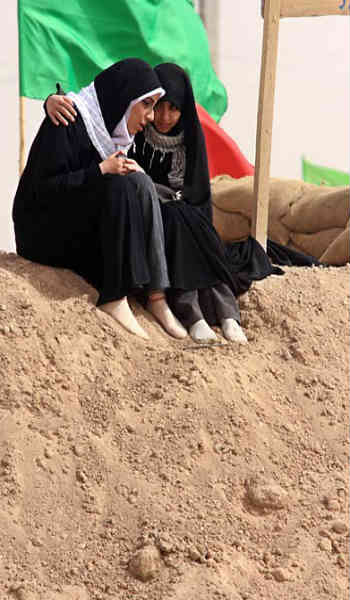 """فرتور خواهرانِ بسیجی و چفیه به گردن را که از عاشقانِ سینه چاک سید علی خامنه ای جنایتکار می باشند، در طی اُردویِ اجباری """"راهیان نور"""" نشان می دهد. آیا به راستی این مکان و آن سر و شکل، مناسب یک دختر جوان ایرانی با آن سابقه فرهنگی و تاریخی است؟"""