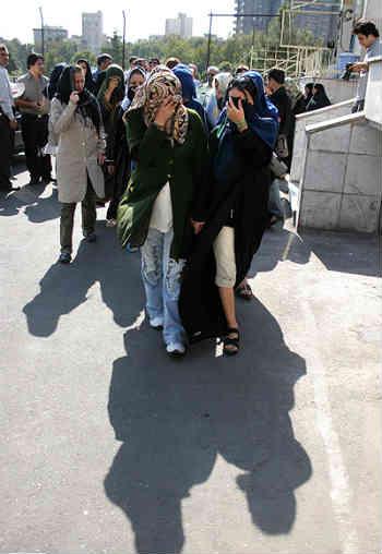 فرتور اعضای بازداشت شده یک باند قاچاق زنان در ایران را نشان می دهد. اخبار مربوط به قاچاق زنان ایرانی از سوی حکومت اسلامی همواره سانسور شده و هیچ وقت به طور کامل به گوش مردمان مان نرسیده است.