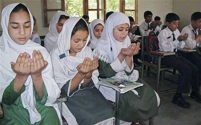 پسران و دختران جوان برای بازگشت تندرستی ندای قربانی اسلام دست به نیاز و دعا برداشتند.