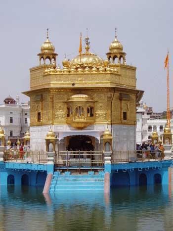 معبد طلایی آمریتزار مرکز پرستش  سیک های هند که از زیبایی و شکوه ویژه ای برخور دار است .