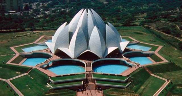 ساختمان زیبا مرکز عبادت بهائیان در دهلی پایتخت هند.