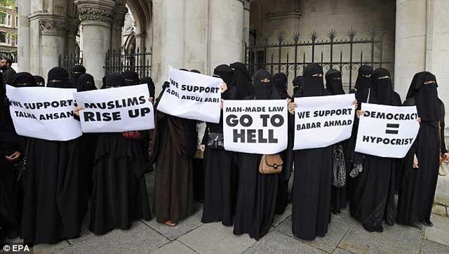 به دنبال محکومیت ابو حمزه و چند تروریست دیگر در دادگاه انگلیس و فرستادن آنان به آمریکا، این گروه از خانم های مسلمان انگلیس قانون انسانی را مطرود می دانند و از مسلمانان می خواهند که قیام کنند.