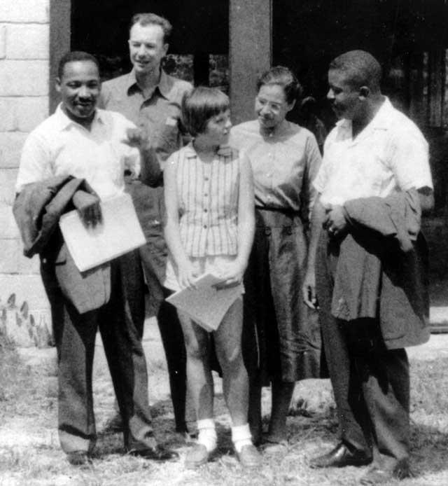 در این فرتور، ماتین لوتر کینگ قهرمان آزادی سیاه پوستان با روزا پارکس سمبل آزادی زنان سیاه پوست آمریکا دیده می شوند. آزادیخواهانی که زنجیر اسارت و بردگی و دیکتاتوری رژیم های خودکامه را گسستند، و راه آزادی را برای  مردم ستمدیده کشورشان گشودند.