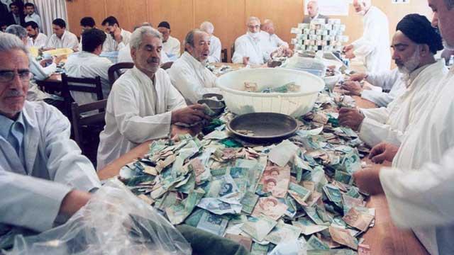 پول های مملکت و هستی و نیستی مردم برای ساختن مسجد و امامزاده یعنی دکان مکر و حیله آخوند جمع آوری می شود. این یکی از هزاران مرکز غارت کردن مردم ایران برای جاه طلبی و خودکامگی آخوند مفتخور و سربار جامعه است.