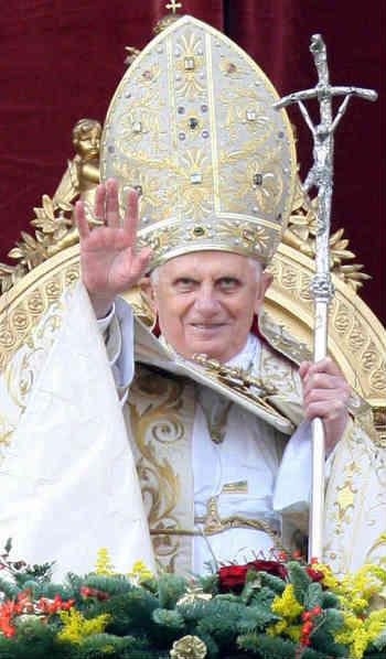 فرتور پاپ ثروتمند را در واتیکان نشان می دهد. دین و روحانیت از ابتدای پیدایش شان برای به بند کشیدن انسان های آزاد و خالی کردن جیب مردمان و به دست گیری قدرت، در تلاش بوده اند.