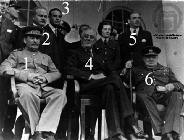 پس از آن که دولت انگلیس ا دسیسه و نیرنگ رضاشاه شاه فرزند خدمتگذار را از میهنمان بیرون بردند، ایران رسماً در اختیار سه قلدر بین المللی؛ استالین، چرچیل، و روزولت قرار گرفت. آنان بودند که برای ما برنامه ریزی می کردند. افراد در این فرتور از این گونه اند: ۱- ژوزف استالین نخست وزیر شوروی، ۲- میخائیلویچ مولوتوف وزیر امورخارجه شوروی، ۳- اورل هریمن سفیر آمریکا در مسکو، ۴- فرانکلین روزولت رئیس جمهور آمریکا، ۵- آنتونی ایدن وزیر امورخارجه انگلیس، و ۶- وینستون چرچیل نخست وزیر انگلیس.