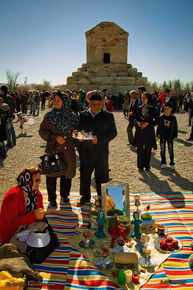 سفره هفت سین در کنار آرامگاه کوروش استثنای تاریخ بشریت