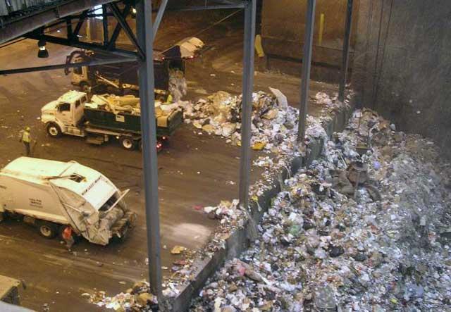 w سوزاندن زباله ها و کودها نیز می تواند توربین بخار را به چرخش در آورده، و الکتریسته مورد نیاز یک منطقه را تأمین نماید.