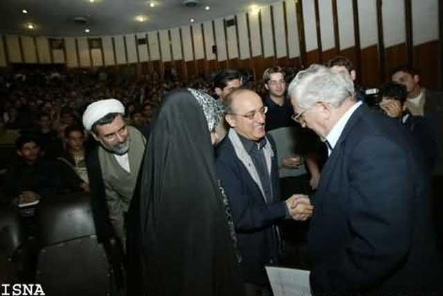 در این فرتور، محسن سازگارا با ابراهیم یزدی از مهره های رژیم در حال خوش و بش و گفتگو است.
