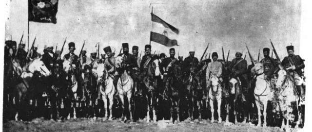 در این فرتور، سردار اسعد بختیاری با پرچم سه رنگ ایران، در میان شجاعان و دلاوران جنبش مشروطیت دیده می شود.