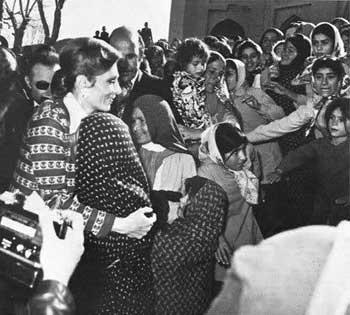 شهبانو فرح پهلوی با دیدارهای خود از مردم محروم نواحی مختلف کشور، تا اندازه ای می توانست بر زخم آنان مرحم گذارد و بدانان آرامش بخشد.