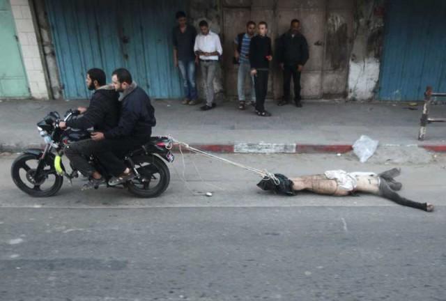 اینهم از اسلام راستین که پیکر بی جان اسرائیلی را به دنبال خود روی اسفالت می کشند. آیا از این عمل زشت تر وجود دارد. کسانی که به مرده ها نیز رحم و شفقتی ندارند. رفتاری که رژیم اسلامی با زندانیان سیاسی خود انجام می دهد.