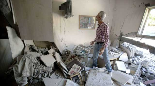 این منظره درون ساختمانی در اسرائیل است که بر اثر پرتاب موشک های  تهیه شده به وسیله ایران به این شکل در آمده است.