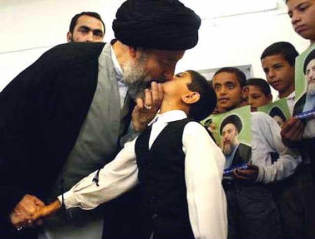 سید محمد باقر حکیم نیز مانند بسیاری از آخوندهای دیگر از بازی با بچه ها و بوسیدن آنها لذت می برد. این فرتور نمونه ای از آنست. و طبیعت آخوند بچه بازی است و نمی تواند جدا از آن باشد.