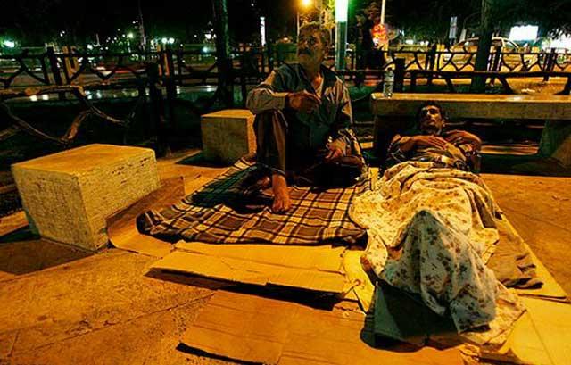 این جا میدان تجریش است. شمار زیادی از مردم پایتخت دیگر نمی توانند اجاره های سرسام آور را بپردازند. بنابراین، به ناچار در خیابان ها و میدان ها می خوابند.