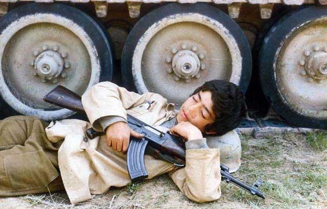 نوجوانی با کلاشینکف در جنگ عراق. آیا چند تن از هزاران نوجوان مانند این  از کشتارگاه خمینی جان سالم در بردند؟