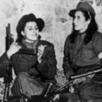 فرتور زنان قهرمانِ آنتی فاشیست ایتالیا را نشان می دهد. آنان نخستین گروه زن آنتی فاشیست در ایتالیا و در سال های 1943 تا 1945 بودند و نزدیک به هفتاد هزار عضو داشتند. به راستی که زنان همواره پرچم دار آزادی خواهی در سراسر دنیا و تاریخ بوده اند.