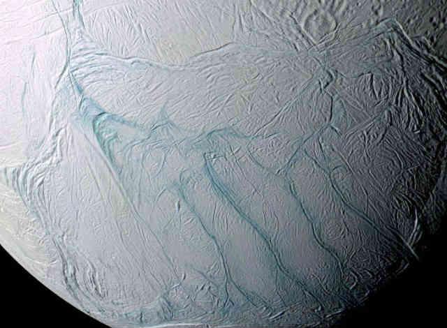 فرتور سطح ماهِ انسلادوس را نشان می دهد که در سال 2006 عکس برداری شده است. به راستی که دنیایِ ستارگان و کهکشان ها، جهانی زیبا و سراسر شگفتی است.